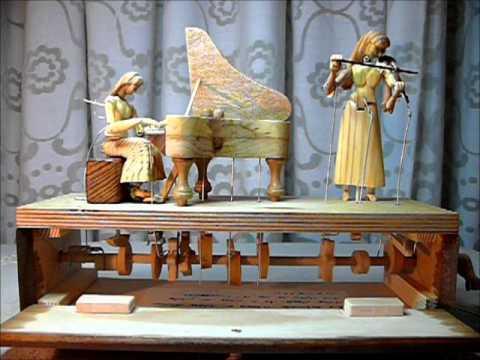 autómatas como juguetes antiguos tocando piano y danzando
