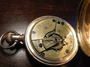 relojes antiguos mecánicos hallado en vaciado de pisos Barcelona
